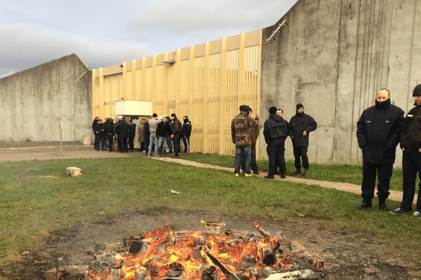 Les surveillants de prison bloquent le centre pénitentiaire de Moulins Yzeure en attendant le résultat des négociations avec la Garde des Sceaux et le Premier Ministre.