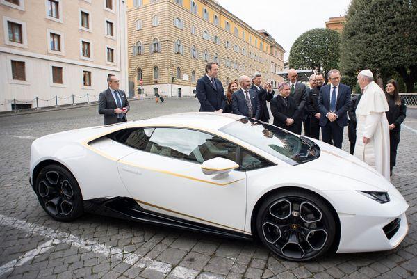 Le Pape François en compagnie du président de Lamborghini lors de la bénédiction de la voiture en novembre 2017.