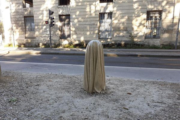 """Le fantôme, réalisé en juin 2020 dans l'élément (une borne) d'un lieu culturel aux bâtiments classés monument historique, """"Les vivres de l'art""""."""
