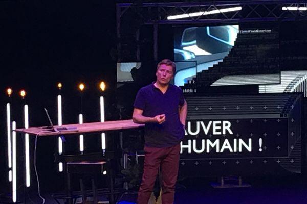 Cyrille de Lasteyrie, dit Vinvin, sur la scène de la salle Maxi, Web2day 2017