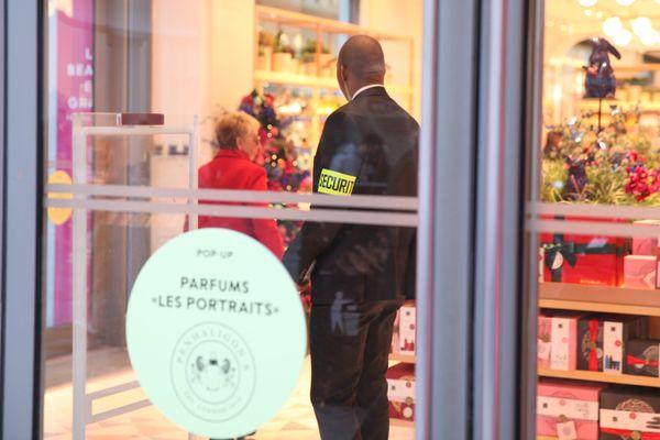 Des agences de sécurité toulousaines ont engagé près de 50 vigiles, en plus chaque semaine, pour répondre aux besoins des grandes enseignes commerciales, restaurants ou agence immobilière du centre-ville de Toulouse.