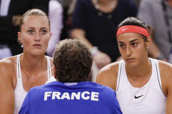 Kristina Mladenovic et Caroline Garcia à l'écoute de leur coach Julien Benneteau, lors de la demi-finale à Rouen en avril