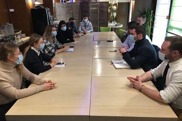 Pour son premier jour de campagne, Julien Odoul a rencontre une petite dizaine d'étudiants à Nevers sur le thème de la précarité.