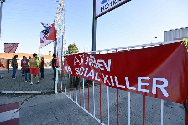 Banderoles syndicales devant l'usine AB Inbev de Jupille-sur-Meuse, en Belgique, où est produit la fameuse Jupiler.