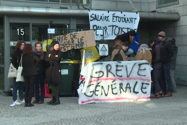 Les étudiants de l'ENS Lyon bloquent l'entrée du campus