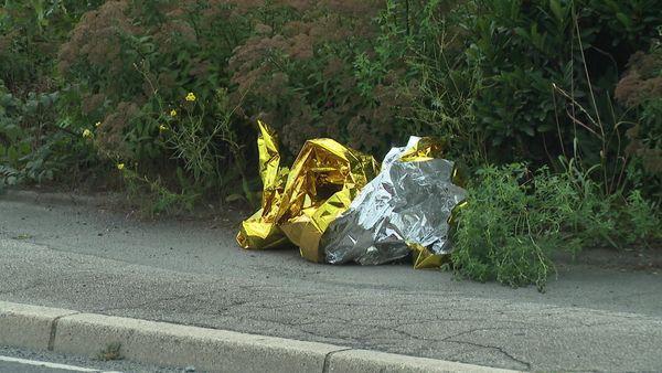 Au lendemain de l'accident, une couverture de survie a été abandonnée sur le trottoir.