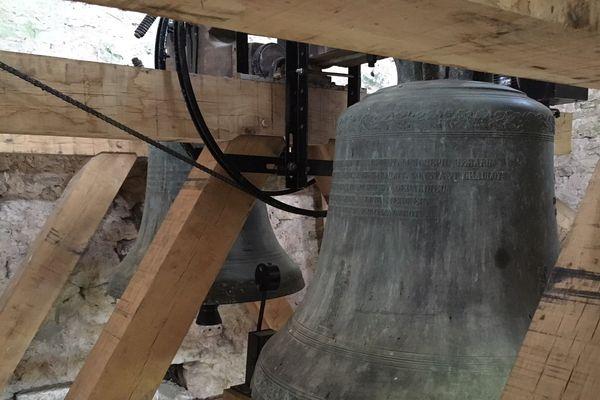 La cloche du village de Ribeaucourt résonne à nouveau grâce à deux généreux donateurs. Le maire et sa femme.