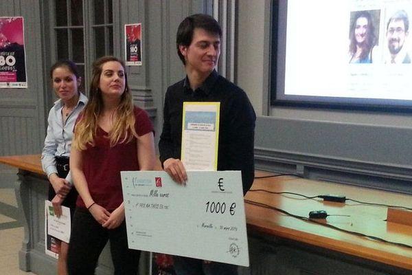 """Aurélien Fresneau remporte le 1er prix du jury du concours """"Ma thèse en 180 secondes organisé par l'université Aix-Marseille. Sabrina Baaklini gagne le prix du public."""