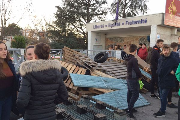Cette nuit, des palettes et des pneus notamment ont été déposés devant l'entrée du lycée agricole de Rodilhan (Gard). Des élèves manifestent, dans le calme, en soutien aux gilets jaunes et contre la réforme du bac.