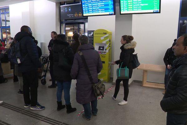 En cette journée de grève, la journée commence mal pour ces navetteurs : le TER direct Sens - Paris est annulé.