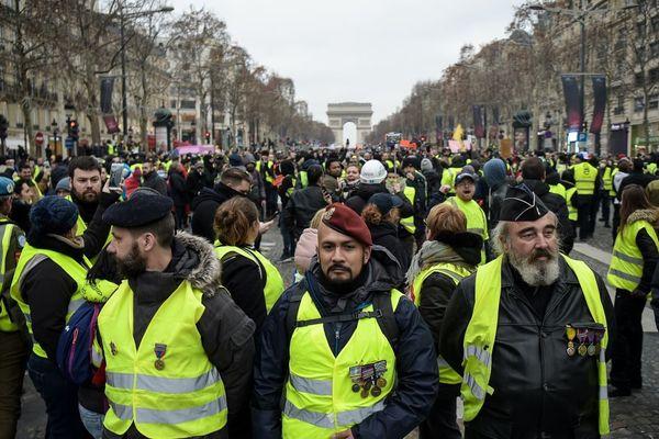 Victor Lenta (au centre avec le bérêt militaire), ancien parachutiste et ex-milicien pro-russe en Ukraine, photographié le 5 janvier à Paris.