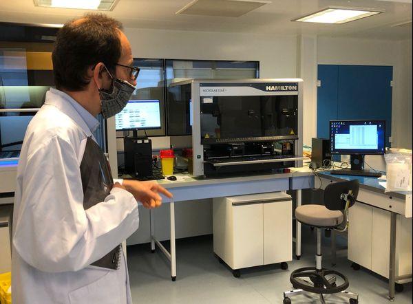 Le professeur Lévêque dans la plateforme dédiée au dépistage, du CHU de Poitiers