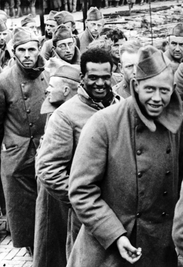 Image de propagande nazie montrant des soldats néerlandais prisonniers le 15 mai 1940.