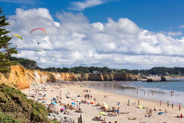 La plage de la Mine d'Or à Pénestin est le seul spot de parapente du Morbihan. Prisée par les amateurs de sensations fortes et les promeneurs, cette plage recèle une histoire étonnante, vieille d'un million d'années !