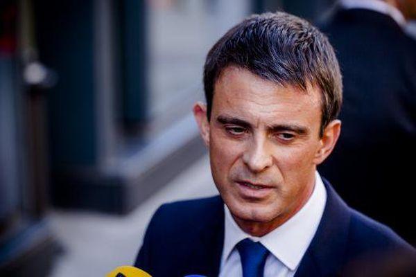 Le Premier ministre Manuel Valls parle à la presse, devant le parlement, à Paris, le 7 avril 2015.