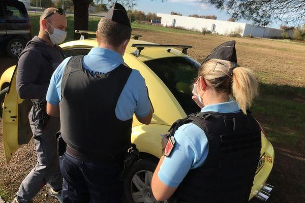 Contrôle des attestations de déplacements et port du masque par les gendarmes du Tarn et Garonne dans la commune de Grisolles