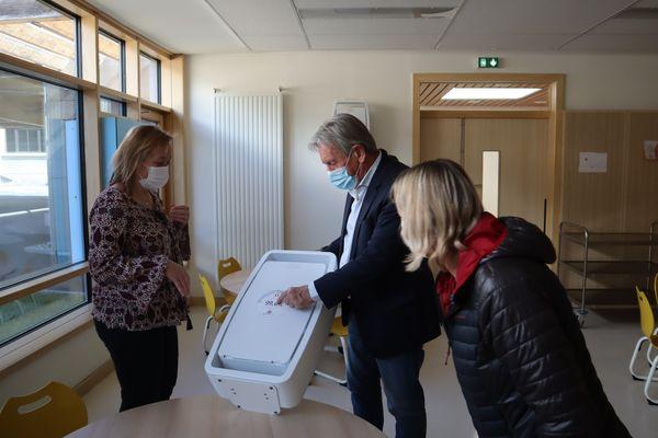 Le maire, Georges Morand (DVD), en déplacement dans une cantine le cadre d'une installation de purificateur d'air.