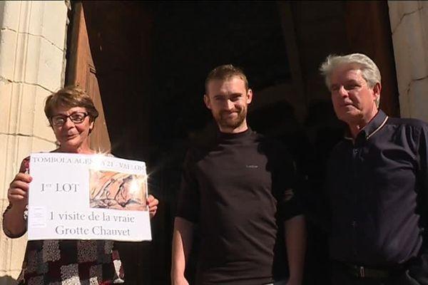 Antoine Hinault, l'heureux gagnant de la tombola, entouré d'Eliette Brunel et de Jean-Marie Chauvet, les co-inventeurs de la grotte