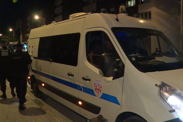 Des forces de l'ordre sont restées dans le quartier toute la nuit.