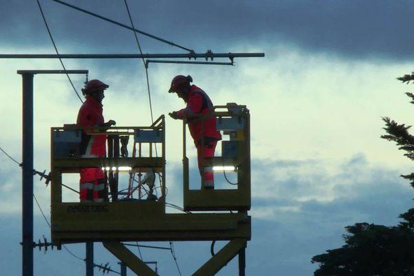 Les personnels de SNCF Réseaux à pied d'oeuvre au petit matin pour remettre en état la ligne la ligne Saint-Nazaire Le Croisic, le 2 octobre 2020
