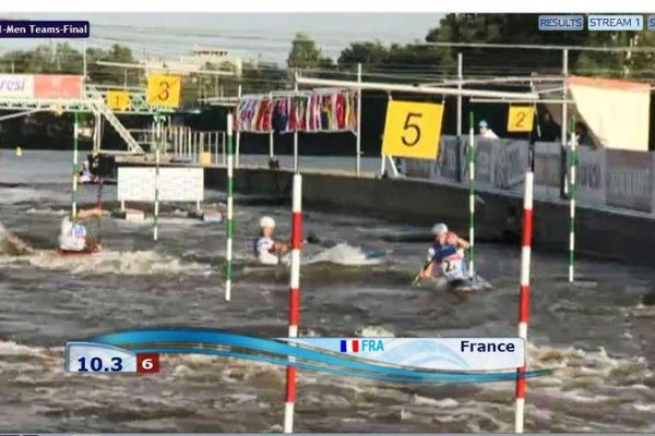 L'équipe de France pendant son parcours dans les remous praguois.