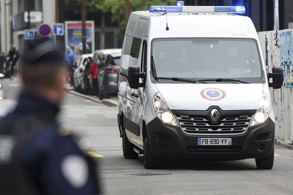 """Le véhicule transportant le tueur présumé de la famille Troadec, Hubert Caouissin, arrive au palais de justice de Nantes. Le procès de l'""""affaire Troadec"""" a débuté le 22 juin 2021 à Nantes. Les membres de la famille ont été tués le 16 février 2017 à Orvault, dans la banlieue nantaise."""