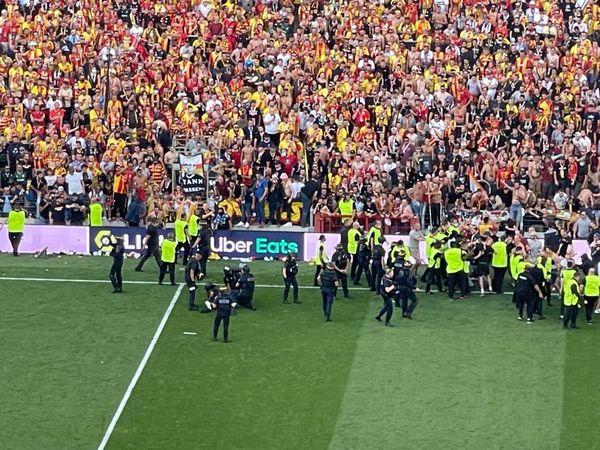 Des CRS sur la pelouse du stade Bollaert-Delelis pour contenir les supporters.