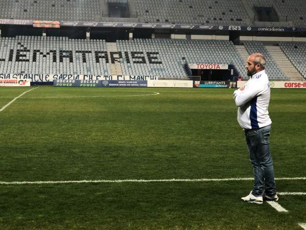 Mathieu Chabert, devant la tribune Sud, vidée de ses supporters.
