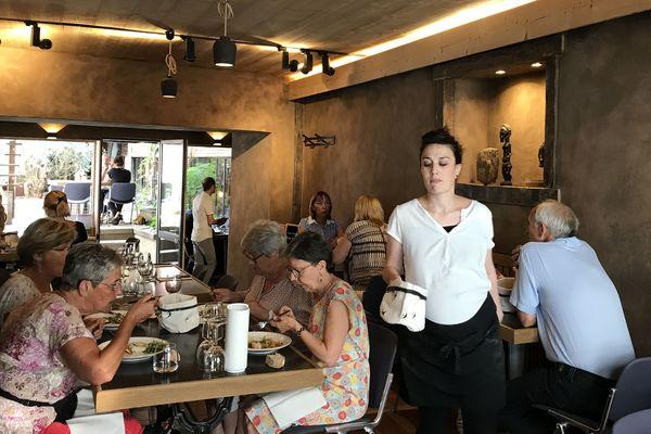 Au restaurant de la Maison du Gaucher, dans le centre de Clermont-Ferrand, neuf homme et femmes en insertion apprennent un nouveau métier.