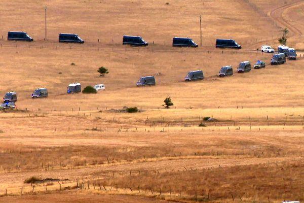 Hures-la-Parade (Lozère) : les camions des forces de l'ordre investissent le camp des ravers pour les pousser vers la sortie - 12 août 2020.