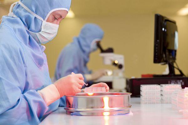 Le service Recherche et Développement de Cristalens Industrie de Lannion est à l'origine de l'implant.