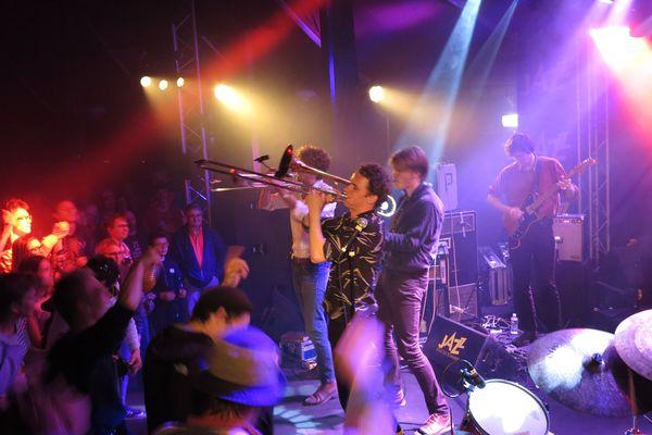 Il est deux heures du matin dans la nuit du samedi 20 au dimanche 21 mai : le groupe d'Amsterdam Jungle by Night et son groove incendiaire fait monter la température.