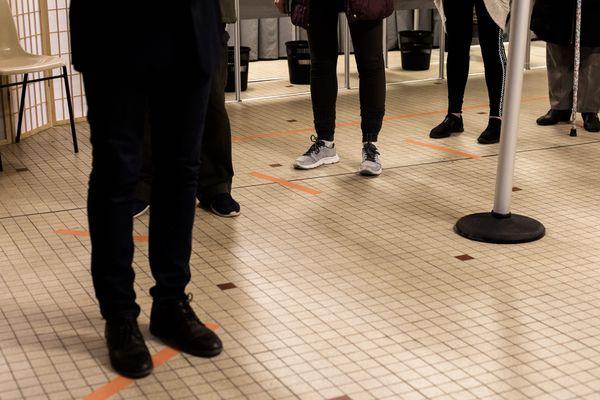 Consignes de distanciation dans les bureaux de vote du premier tour des élections municipales 2020.