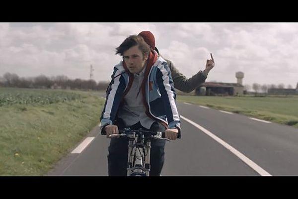 """Orelsan et Gringe, non loin de la commune de Carpiquet, dans le film """"Comment c'est loin"""""""