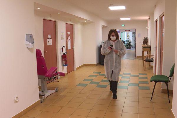 La responsable des soins de l'Ehpad de Vence dans les couloirs de l'établissement.