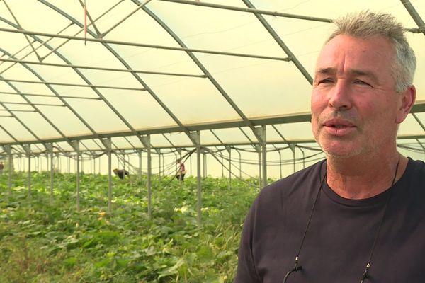 Philippe Mechinaud, vend dans le magasin ce qu'il produit sur ses 40 hectares.