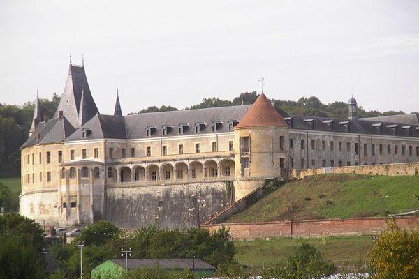 Dans l'Eure, un DIMANCHE nuageux et pluvieux sur le Château de Gaillon.