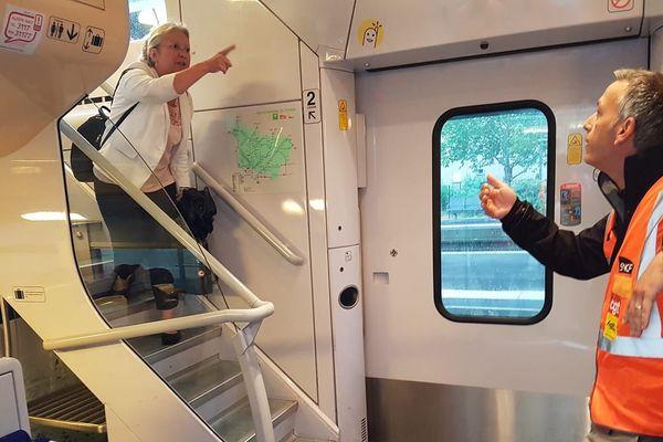La députée de l'Oise Agnès Thill interpellée par des cheminots à bord d'un train à Beauvais le 12 juin 2018