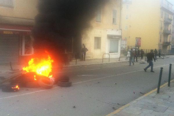 03/12/14 - Jets de fusées de détresse et cocktails molotov : une centaine de manifestants veulent en découdre