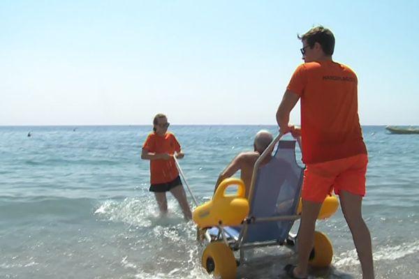 Le tiralo, fauteuil de mise à l'eau disponible sur toutes les plages labelisées Handiplage.