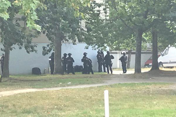 Le RAID durant une intervention pour un colis piégé da  sle quartier de al Bottière à Nantes le 31 août 2021