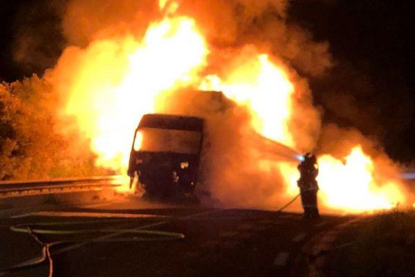 Les Matelles (Hérault) - un camion frigorifique en feu bloque la route - 5 juin 2018.
