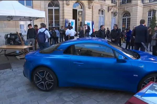 Paris le jeudi 21 mars 2019- Une Alpine exposée dans la cour de l'Hôtel Matignon