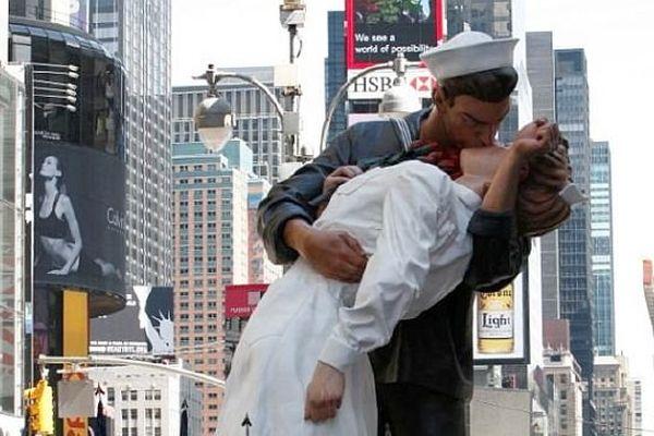 The Kiss est inspiré d'une photo de 1945 prise à Time Square (New-York)
