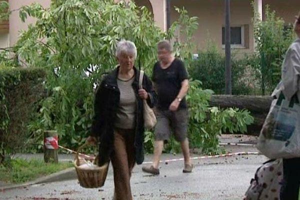 Les habitants du centre-ville d'Evreux ne peuvent que constater l'étendue des dégâts.