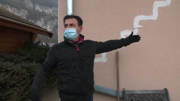 Fissures, terrain en dénivelé de 15 cm, et des craquelures qui ne cessent de s'élargir... la maison de Salvatore Augello ne cesse de se dégrader