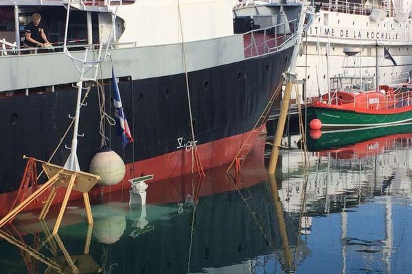Seuls les deux mâts du Manuel-Joël dépassent encore dans les eaux du port de La Rochelle