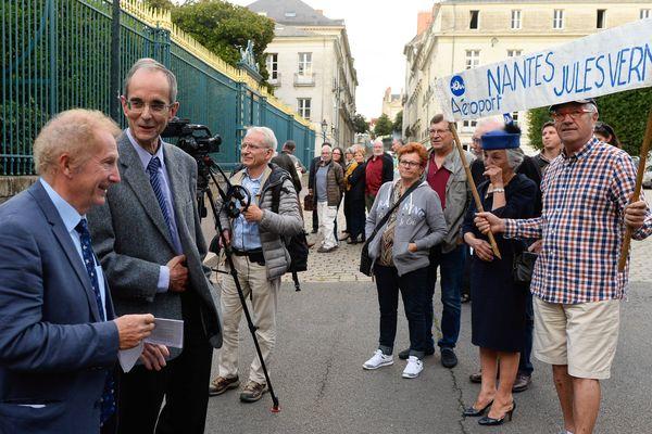 Les médiateurs Gérard Feldzer et Michel Badré devant la préfecture à Nantes le 26 septembre 2017