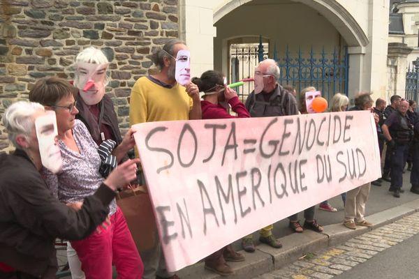 Selon les Faucheurs Volontaires, les importations de soja OGM ont encore augmenté de 12 % au port de Brest en 2019