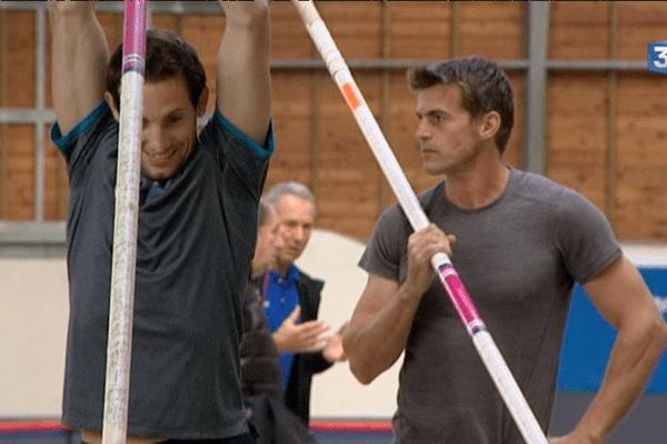 Renaud Lavillenie à l'entraînement, assisté de Jean Galfione